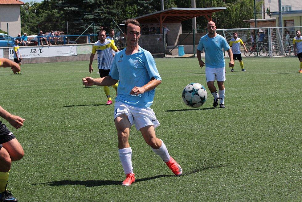 Fotbalisté Jevišovic/Mikulovic (v modrém) porazili ve třetím kole Region Cupu celek Hostimi 3:2.
