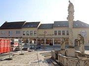 Do finále míří rekonstrukce náměstí v Hrušovanech nad Jevišovkou. Po nové dlažbě se lidé budou procházet zřejmě už na konci února.