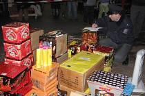 Nebezpečná pyrotechnika na tržnici v Hatích. Ilustrační foto.