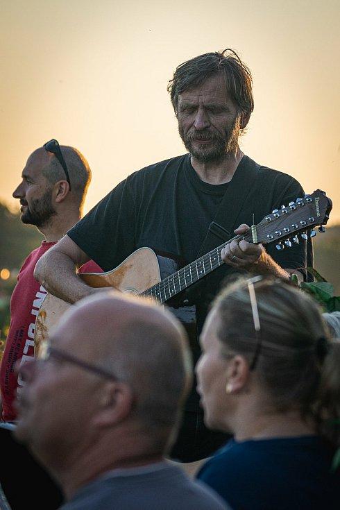 Martin Kouřil (na snímku) je správcem Místní dráhy na trati Hevlín - Hrušovany nad Jevišovkou. Splnil se mu sen. Jeho druhou vášní je hudba.