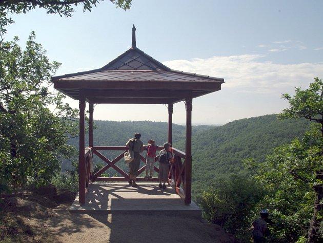 Oblíbenou vyhlídku Králův stolec v lesích mezi Hradištěm a Mašovice otevřeli v sobotu odpoledne zástupci Správy národního parku Podyjí po nedávné rekonstrukci. Původní altánek nad dyjským kaňonem z roku 1922 již zchátral.