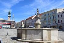 Kašna na Masarykově náměstí ve Znojmě je již několik let bez vody.