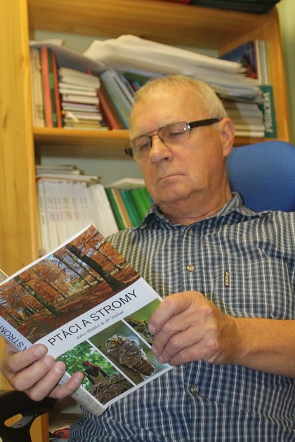 Známý ornitolog zBranišovic Julius Klejdus vydal už svoji pátou knihu. Nese název Ptáci a stromy a spoluautorem je Jiří Vačkař.