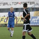 Naplnili roli favorita, ale dřelo to. Znojemští fotbalisté (v modrém) ve čtvrtém kole druhé ligy doma jednou přišli o vedení proti Frýdku-Místku, nakonec jej však dokázali přehrát 2:1.