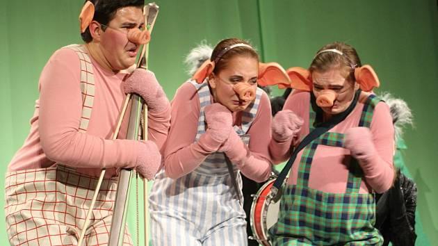 Herci Divadelního studia Martiny Výhodové si připravili na sobotní večer premiéru pohádky My se vlka nebojíme.