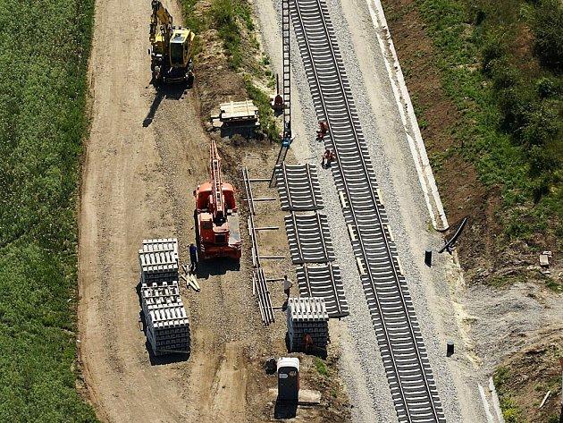 Dělníci mají položeno nových šest kilometrů kolejí ze Šatova do Znojma.
