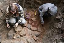 Archeologové bádali pomocí sond na hradě Bítov.