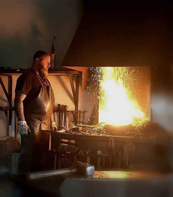 Lukáš Večeřa ve své kovárně vHorním Břečkově na Znojemsku.