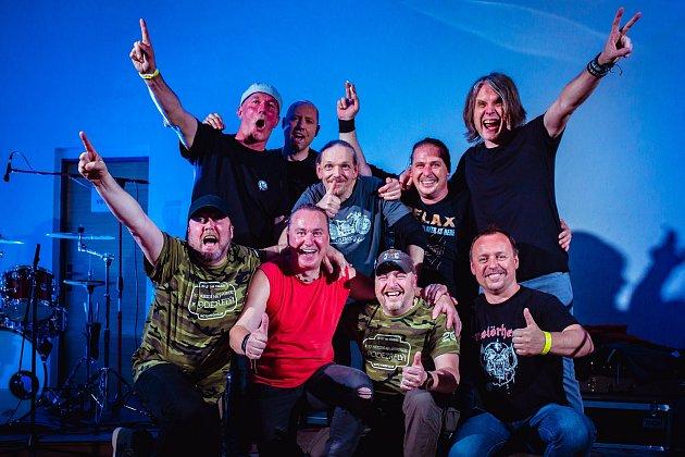 Kapela DD spřáteli po koncertě na Zlínsku.