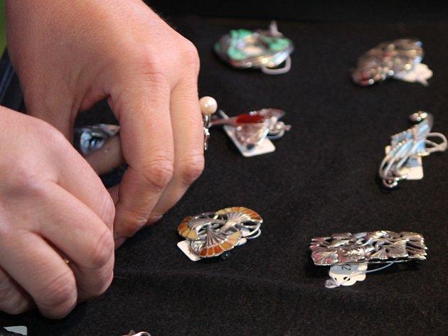 UŠLECHTILÁ KRÁSA. Vernisáž začíná v pět hodin v minoritském klášteře, šperky pak mohou lidé obdivovat v ateliéru v ulici Přemyslovců až do prvního listopadu.