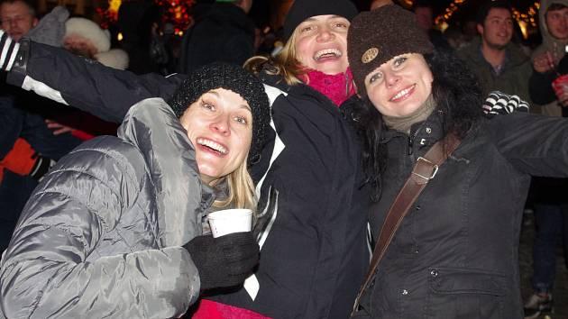 Ve Znojmě se lidé společně rozloučili se starým rokem na Horním náměstí.