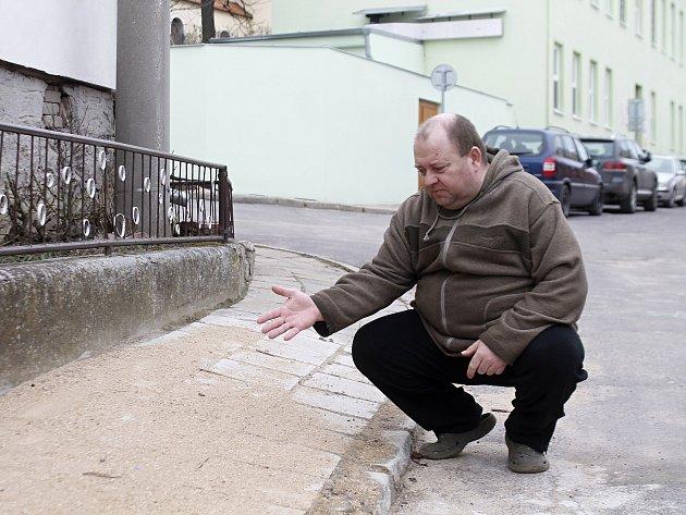 V úzké ulici Prokopa Diviše ve Znojmě-Příměticích parkují auta na obou stranách. Větší pak neprojedou.