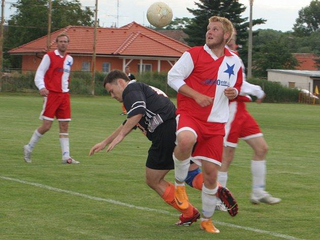 V posledním utkání vyválčili fotbalisté Inzert Expresu Znojmo tři body. Nebylo to ale nic lehkého. To na vlastní kůži pocítil i znojemský záložník Šťava (v souboji vlevo).