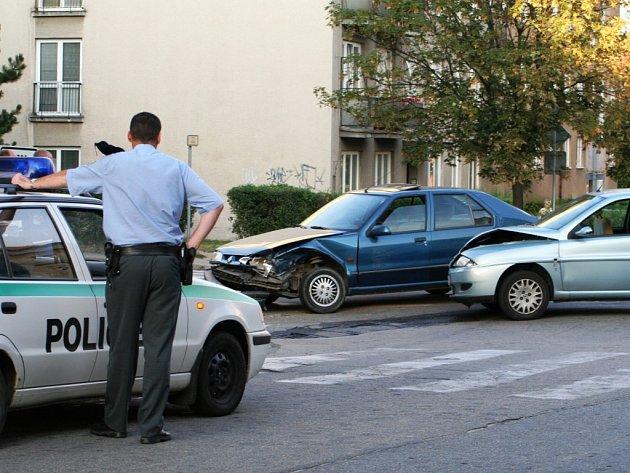 Na křižovatce ulic Coufalova a Smetanova nedal v pondělí večer přednost v jízdě italský řidič Lancie.