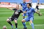 Znojemský forvard Rostislav Šamánek si kryje míč v utkání s MFK Vítkovice.