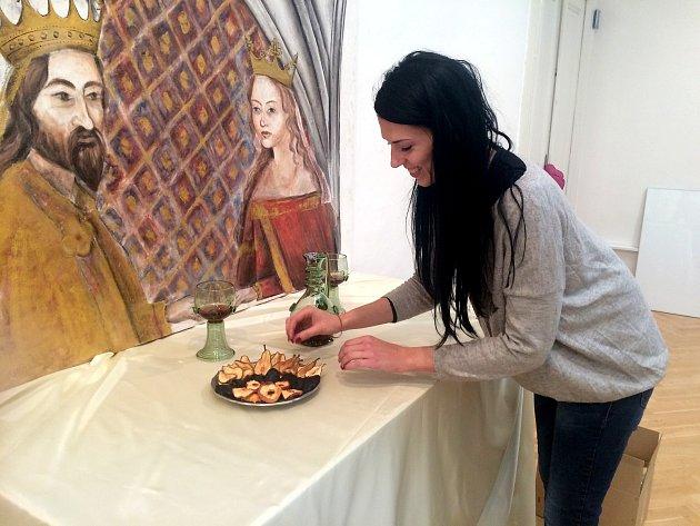 Žaneta Svobodová a její malba repliky fresky Karla IV. smanželkou vMuzeum Prostějov.