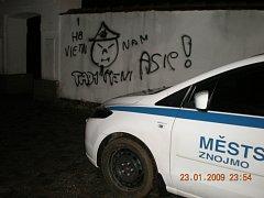 Sprejer nastříkal na hradbách rasistické obrazce, chytli ho strážníci.