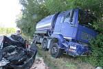 Na silnici číslo 415 se čtvrt hodinu před sedmou ranní čelně srazilo osobní a nákladní auto. Podle prvotních zjištění nedala řidička osobního vozidla náklaďáku přednost. Střet obou aut byl pro ni tragický a na místě podlehla svým zraněním.