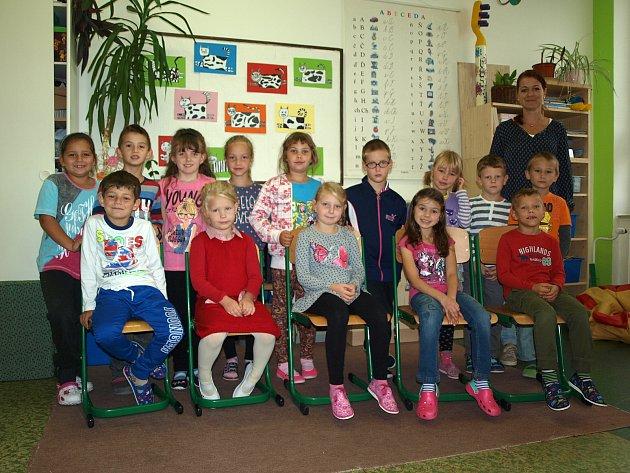 Žáci 1.třídy ze ZŠ Kravsko spaní učitelkou Miroslavou Peškovou.