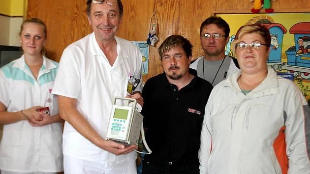 Přístroje za víc než půl milionu korun věnoval až dosud dětskému oddělení znojemské nemocnice nevidomý Pavel Kubíček (v černém).