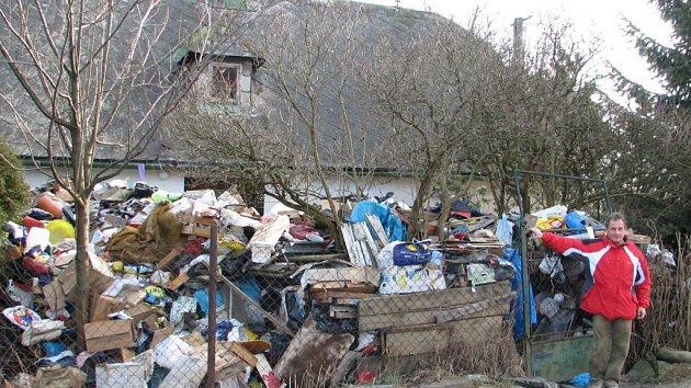 Dům zaskládaný odpadky. Ilustrační foto.