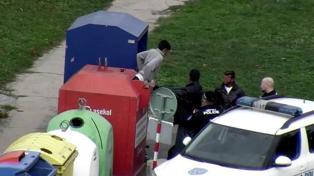 Na trojici mužů, která z kontejneru na použitý elektroodpad vytahuje vyhozené přístroje, upozornily znojemské strážníky městské kamery. Staré elektropřístroje vytahovali muži z kontejneru spolu v ulici Dukelských bojovníků, kde se pustili i do kontejneru.