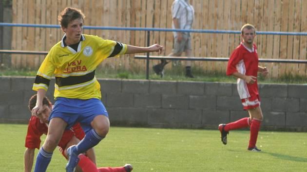 Libor Jedlička v souboji o míč