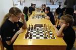 Sedmnáct dětí, které navštěvovaly v uplynulém školním roce šachový kroužek v Hodonicích, zakončilo poslední červnovou středu sezonu. Utkaly se v oddílovém klání. Foto: František Šimík