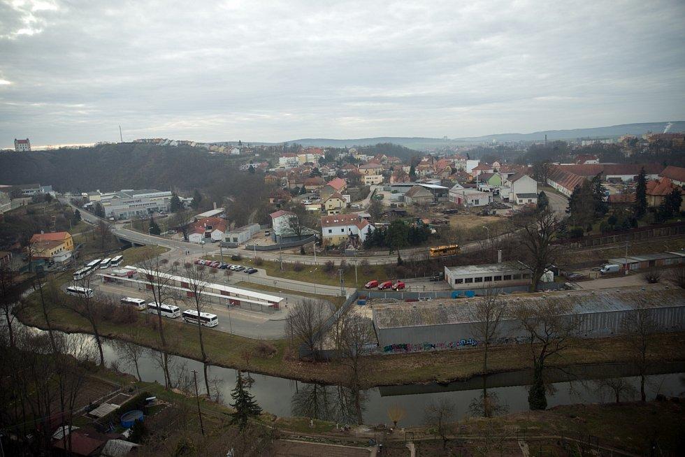 Impozantní pohled zvrcholu věže krumlovského zámku.