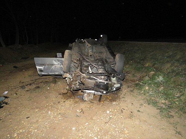Noční nehoda uLechovic. Auto skončilo na střeše.