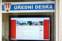 Pro veřejnost mají v budově úřadu Pohořeličtí  úřední desku v digitální podobě.