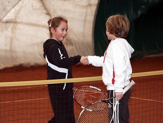 Turnaj mladých tenistů v hale v Horní Lesce.