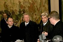 Plátna si prohlédl ministr Besser (druhý zleva), hejtman Hašek i starosta Třetina.