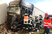 Nehoda kamionu v Jiřicích u Miroslavi.