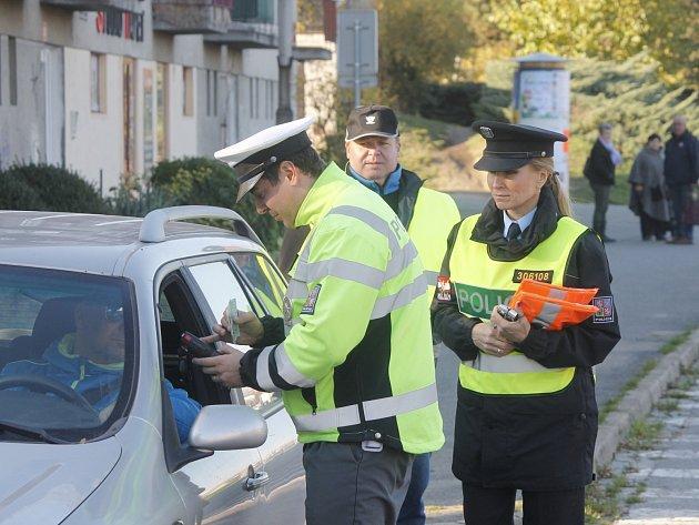 Na povinnost mít od 1. listopadu obuté zimní pneumatiky, ale také na čistotu registračních značek a funkčnost osvětlení auta v zimním období, upozorňovali v pondělí znojemští policisté.