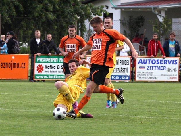 Dvakrát odložené derby odehráli fotbalisté IE Znojmo a Moravského Krumlova. Duel skončil výsledkem 1:1.