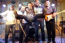 Pětice muzikantů má blues i rock v krvi, na snímku z roku 2009 je připomínka třetího jam session v Sedlešovicích. Na pódiu se svým příznivcům představili Petr Nešetřil, Aleš Mrňa, Dan Krhut, Martin Havlík, Roman Havlík.