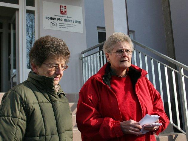Annegret Wetter (v červeném), jedna ze sponzorů projektu - otevření nového Domova pro matky v tísni