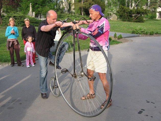 Josef Zimovčák pomáhá nasednou jednomu diváků