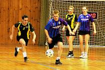ZNOJEMSKÝ KAPITÁN. Jiří Podzemský (uprostřed s míčem) je kapitánem znojemského týmu Modří sloni už pět let.