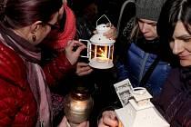 Betlémské světlo si ve středu v podvečer předávali a posléze odnášeli domů lidé v centru Znojma.