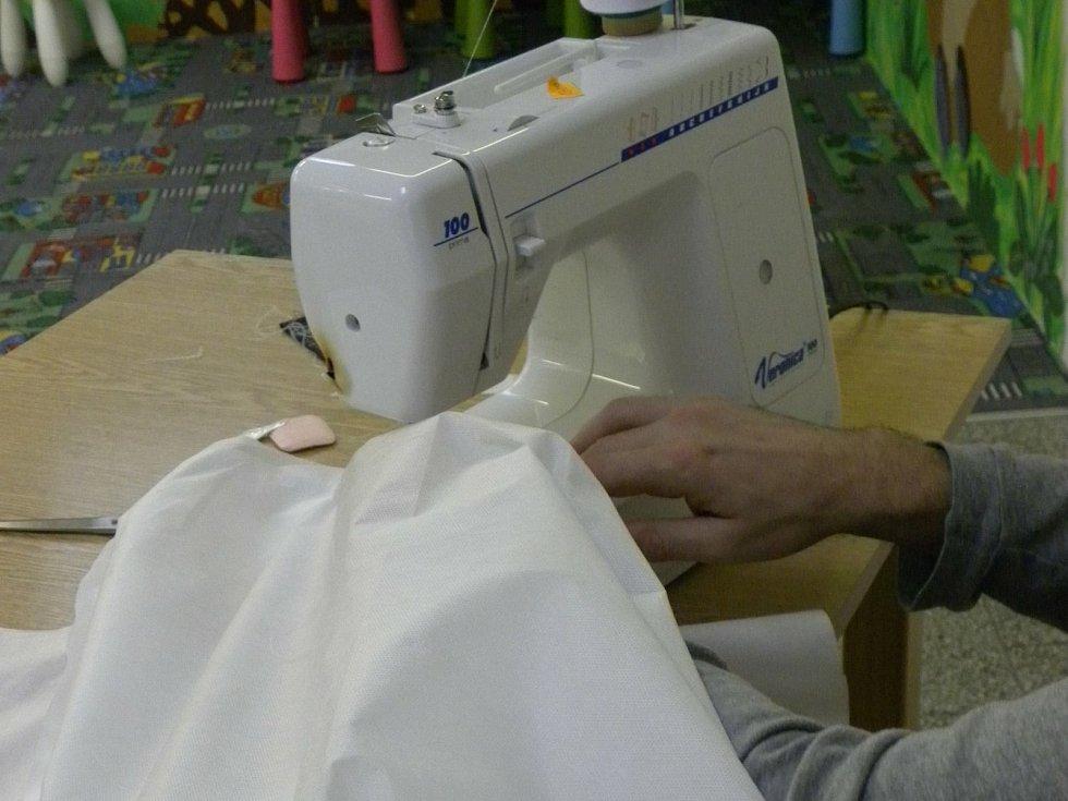 Připravují střihy, kompletují materiál i šijí. Odsouzení ze znojemské Věznice se zapojili do výroby ochranných obleků pro zdravotníky.