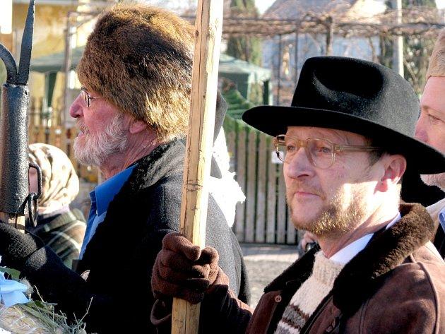 Hotaři prošli v Novém Šaldorfě desítku sklepů. Vykoledovali si víno a obdarovali vinaře.