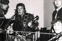 Historie skupiny Klaxon - Z leva Jan Bulín, Jindřich Bulín a u kláves Jitka Štěpanovská při zkoušce kapely v roce 1986