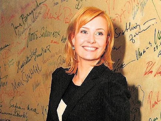 JAKO JANA. Jitka Schneiderová je jednou ze šestice hlavních hrdinů seriálu Přešlapy.