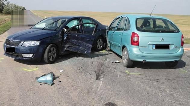 Srazila se auta. Škoda 370 tisíc a dva zranění.