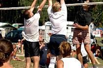 SPOLEČNĚ. Dalším turnajem Vranovského léta je klání smíšených družstev. Na pláži vranovské přehrady si to mezi sebou rozdá téměř čtyřicet týmů.