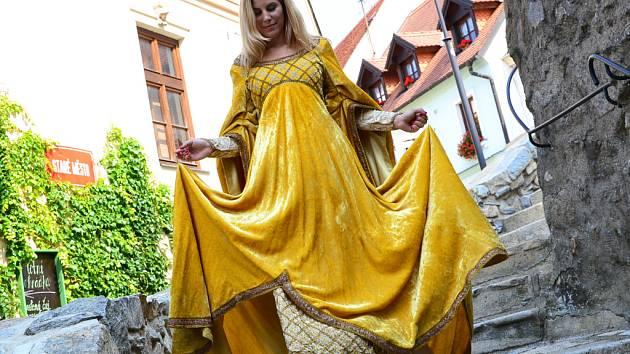 Kostým královny je těžký dvanáct kilogramů.