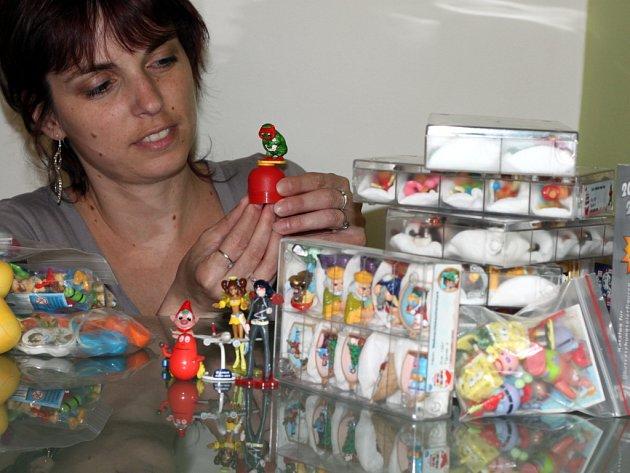 Zdenka Gernešová v obležení figurek z oblíbených čokoládových vajíček.