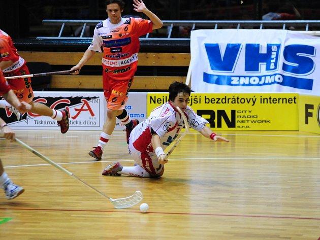 Foto ze zápasu Znojmo vs. Třinec, na fotce v bílém Martin Peč po souboji s Třineckým.